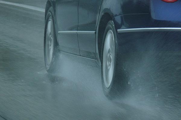 Seis claves para rodar bajo la lluvia con seguridad