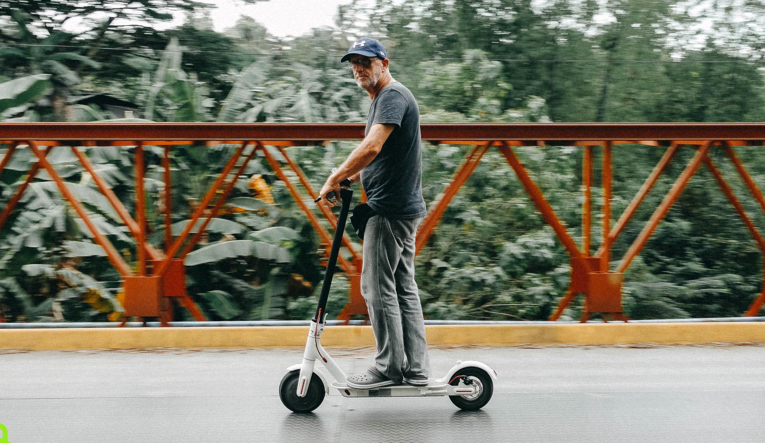 Así debes circular si vas en patinete: hasta 25 km/h, sin casco y por la calzada