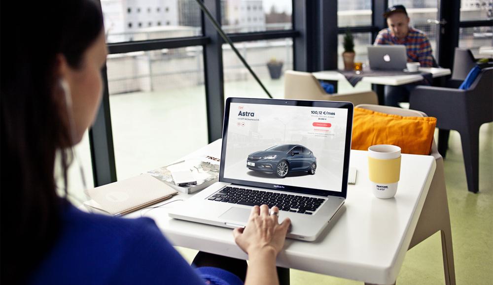 Más joven, más mujeres, así es el comprador de coches online