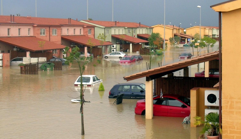 ¿Qué hacer si te quedas atrapado dentro de tu coche en una riada?