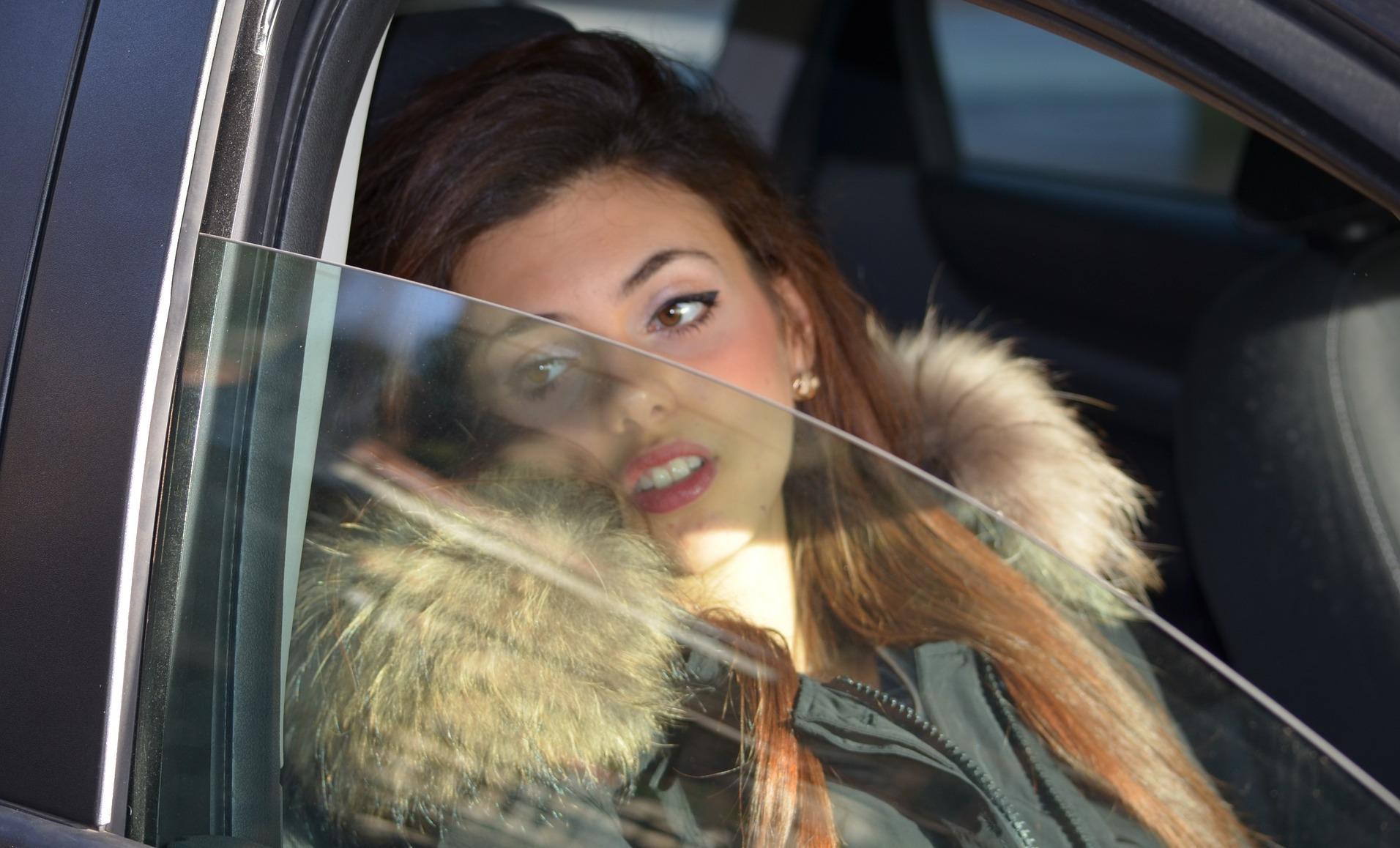 ¿Por qué conducir con las ventanillas bajadas es peligroso?